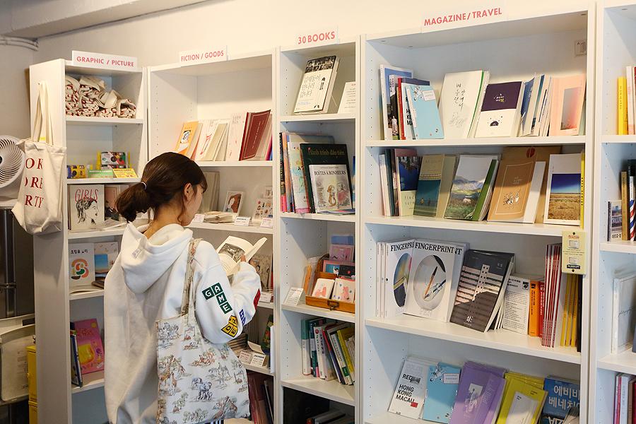 一位女人在水原三十歲書店看書