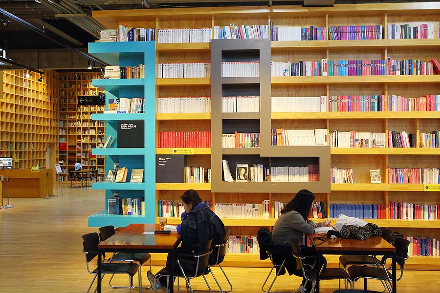 在智慧之林內,看書的人們