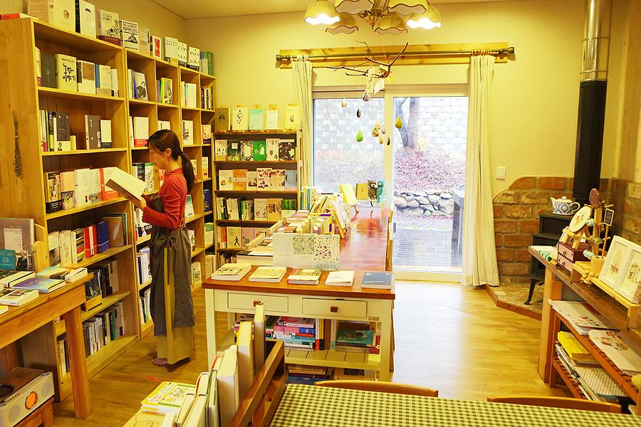 典雅優美的社區書店的內部