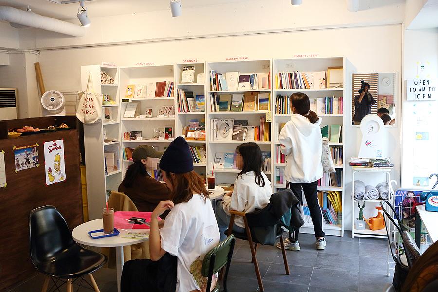 水原三十歲書店內部情景;人們喝一杯咖啡著看書