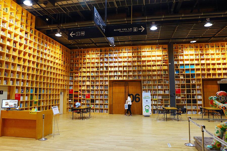 坡州智慧林裡設有高至天花板的大型書架
