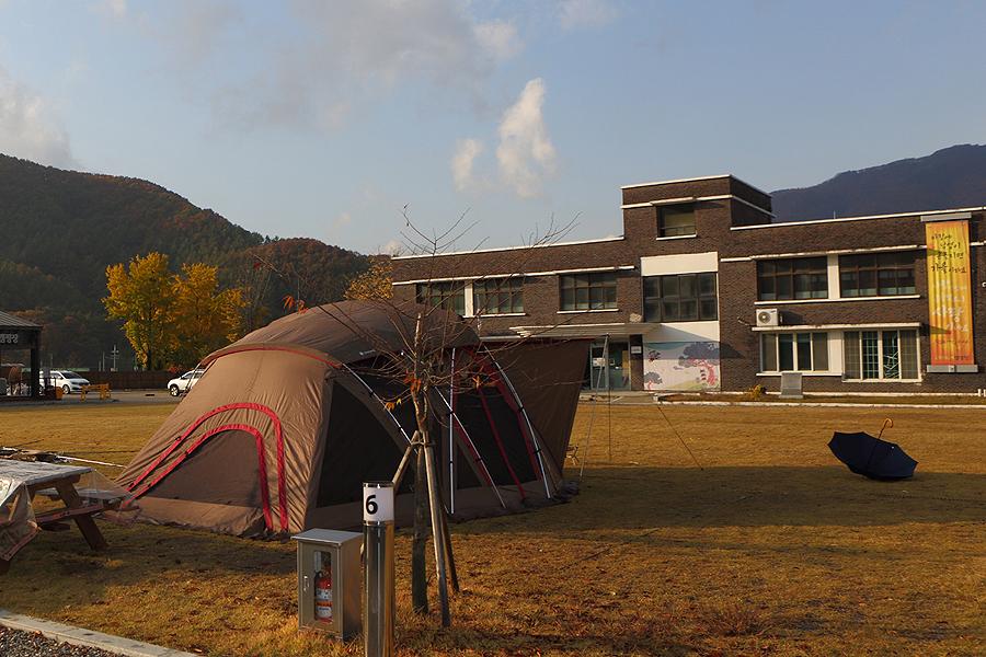 在閱讀露營場上塔了帳篷。