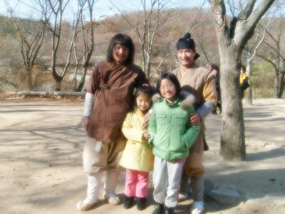 민속촌 사람들과 사진을 찍은 아이들의 모습