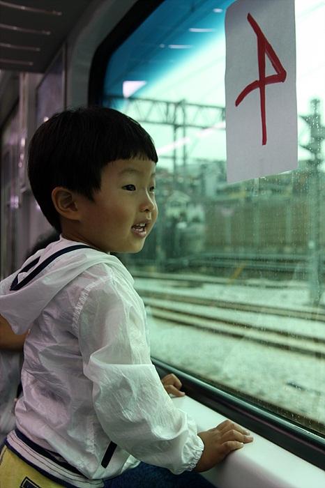창밖을 구경하는 아이의 모습