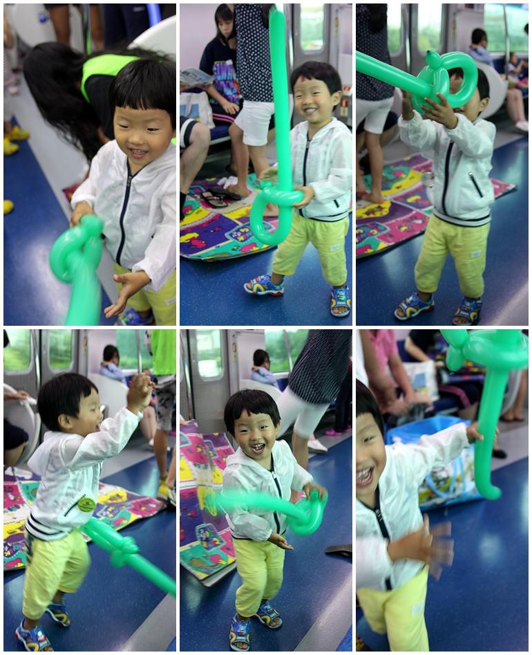 풍선칼을 들고 즐거워 하는 아이의 모습