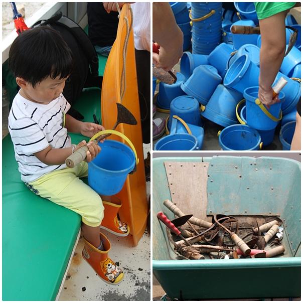 첫번째 사진부터 시계방향으로 의자에 앉아 호미를 든 아이의 모습 / 쌓여있는 파란색 통들 / 호미