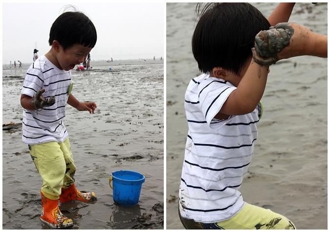 (왼쪽)갯벌 위에 서있는 아이의 모습 (오른쪽)손을 잡고 일어나는 아이의 모습
