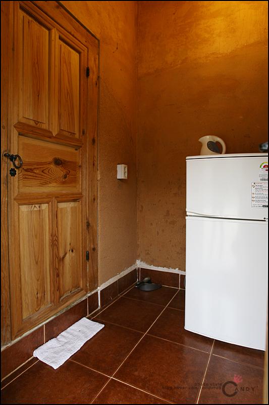 방 내부의 조그만한 냉장고