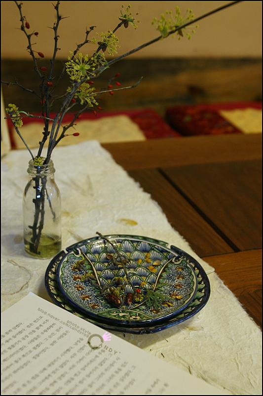 말린 꽃과 알록달록 모양의 접시