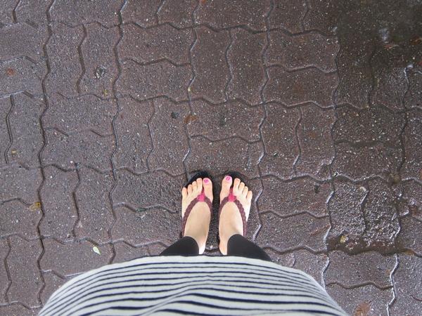자신의 발을 찍은 모습