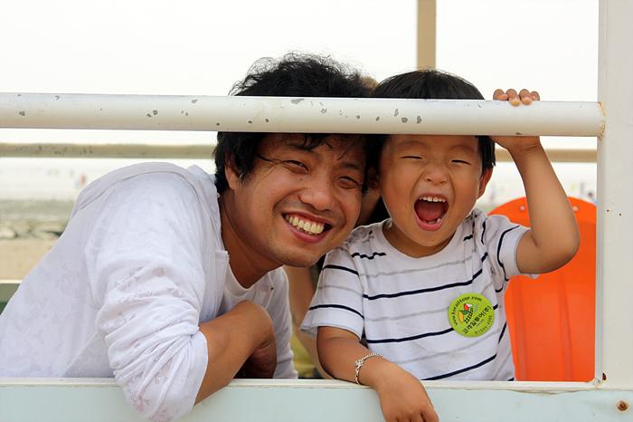 웃고있는 아빠와 아들의 모습
