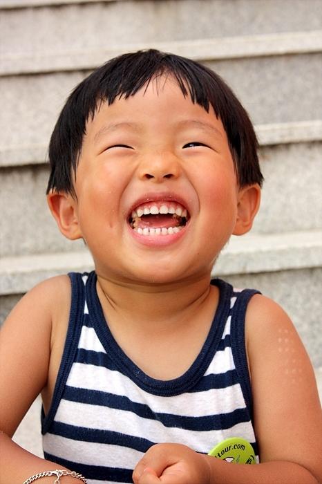 밝게 웃는 아이의 모습