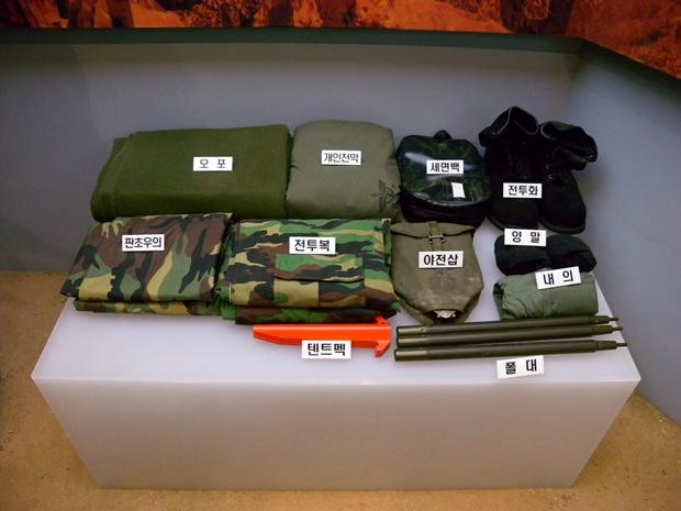 전투복, 모포등 병사들의 기본 장비를 전시해놓았다.