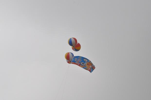 하늘에 떠있는 광고풍선