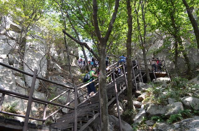 계단을 올라가는 등산객들의 모습