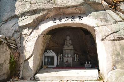 동굴 안에 있는 석상의 모습