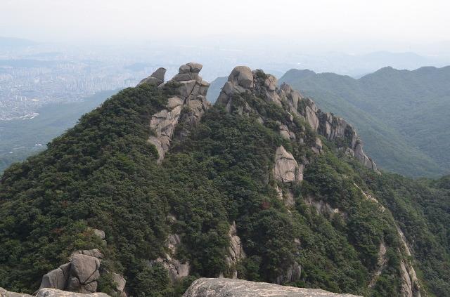 높은 곳에서 바라 본 산의 모습