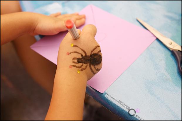 손에 그림을 그린 아이의 손