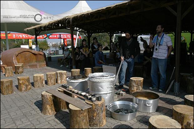 도자기 굽는 시연을 하는 모습