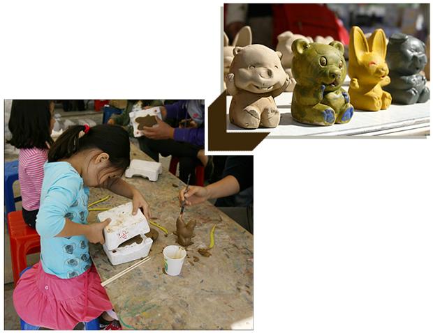 인형을 찍는 아이의 모습과 색이 입혀진 인형들