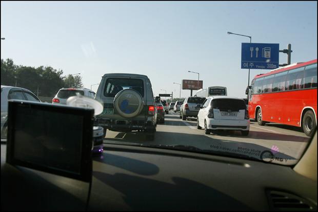 차가 막히는 도로의 모습