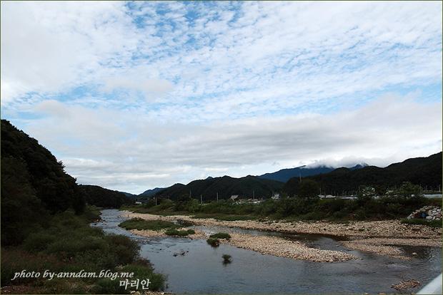 강의 모습과 구름
