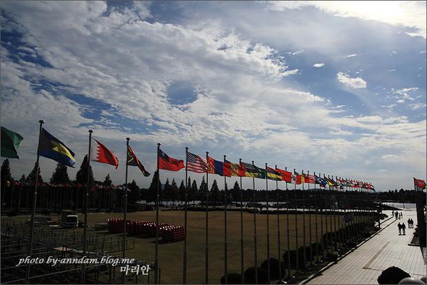 바람에 펄럭이는 여러나라 국기들의 모습