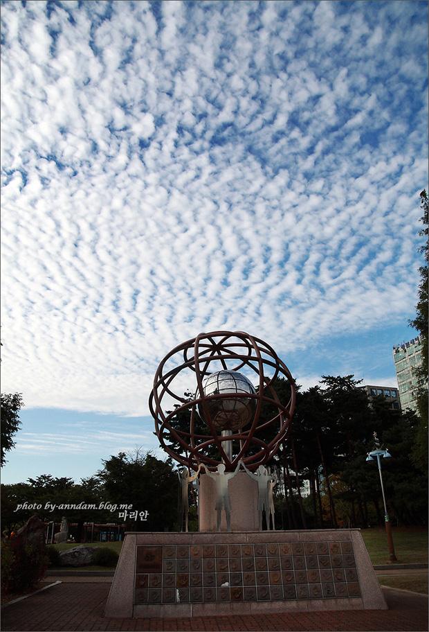 구름이 가득 찬 하늘의 모습