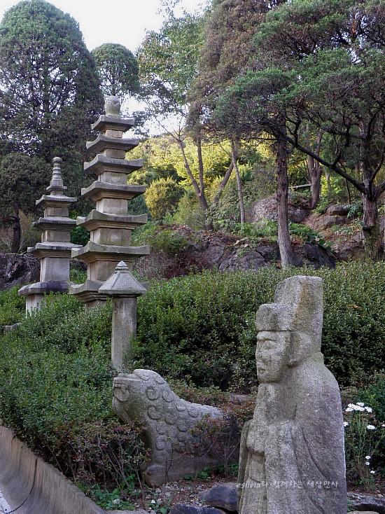 석상과 석탑들의 모습