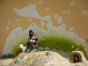 강아지들과 벽화를 배경으로 앉아있는 모습