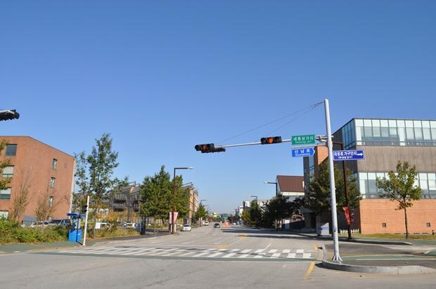 신호등과 도로의 모습