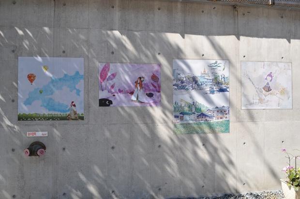 그림으로 장식 된 벽