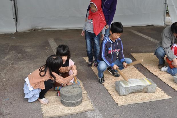 다듬이질과 맷돌질 체험을 하는 아이들