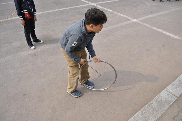 굴렁쇠 굴리기를 하는 아이의 모습