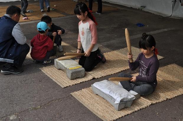다듬이질 체험을 하는 아이들의 모습