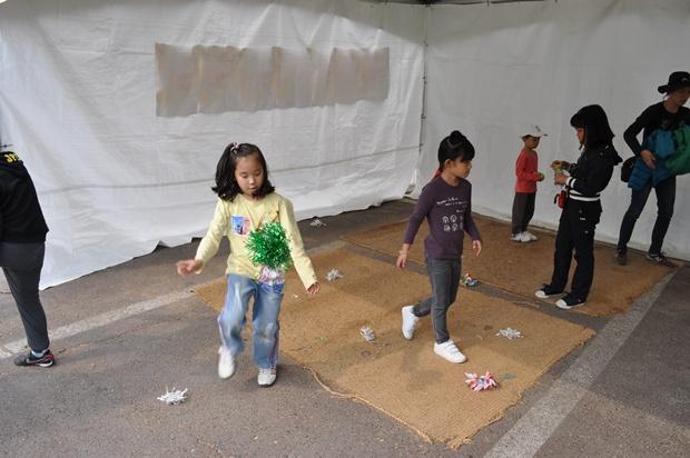 제기차기를 하는 아이들의 모습