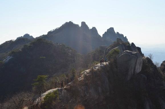 멀리 보이는 산 정상의 모습