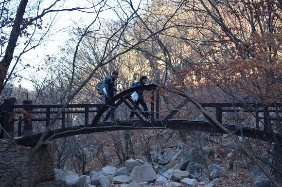 다리를 건너는 두 사람의 모습