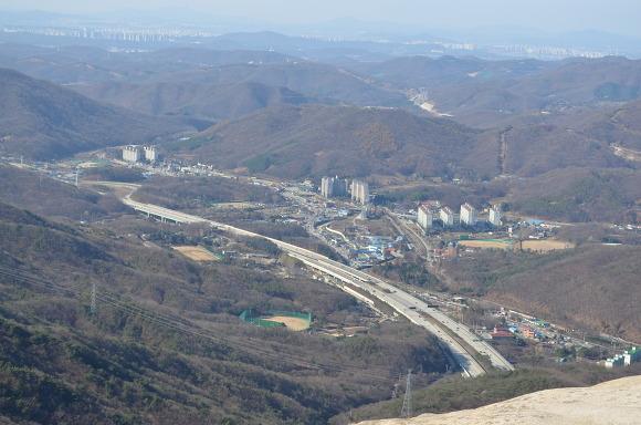 정상에서 바라 본 마을의 모습