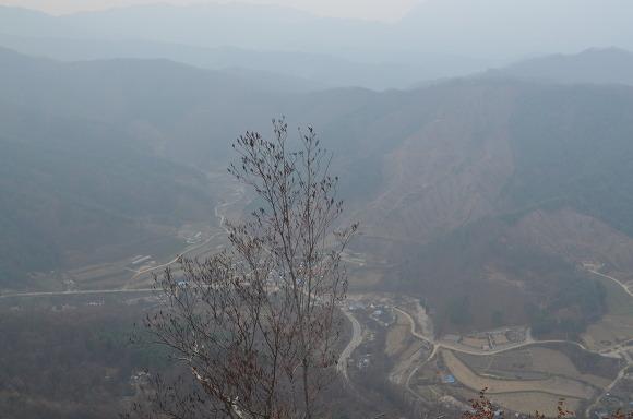 높은 곳에서 바라 본 마을의 모습