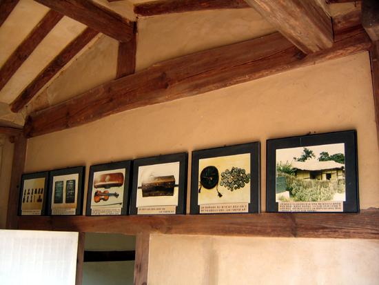 초가 벽에 붙은 옛 물건들의 사진