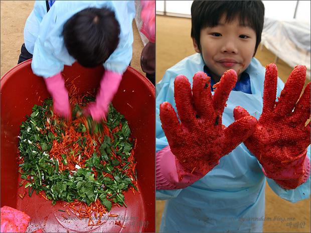 (왼쪽)김치속을 섞는 아이의 모습 (오른쪽)양 손을 들어 고춧가루 묻은 고무장갑을 보여주는 모습