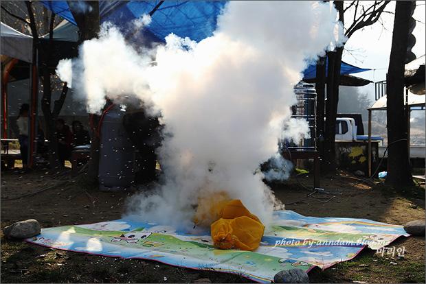 연기가 피어오르는 뻥튀기 기계