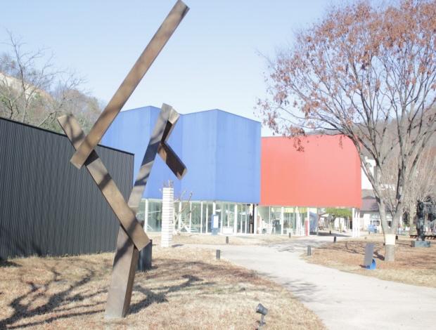 멀리 보이는 파란, 빨간색 건물
