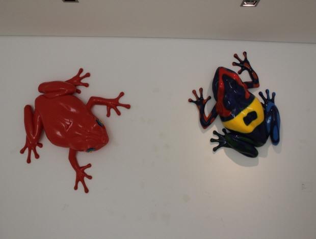 벽에 붙은 개구리 모양 조형물