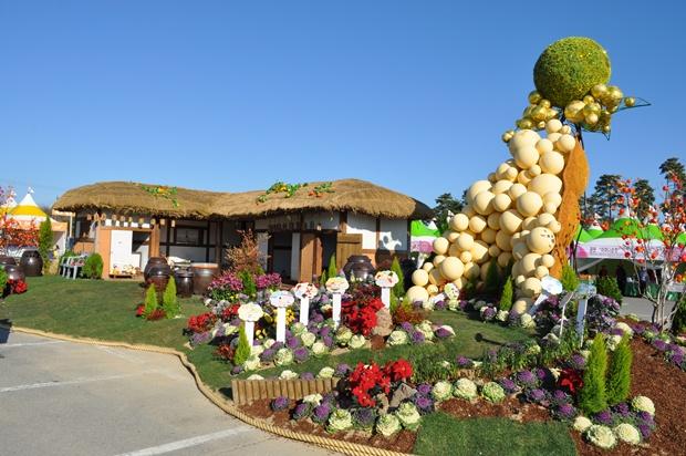 콩을 형상화한 대형 조형물과 초가집
