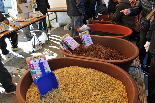 대야에 담겨서 판매하고 있는 여러가지 콩들의 모습
