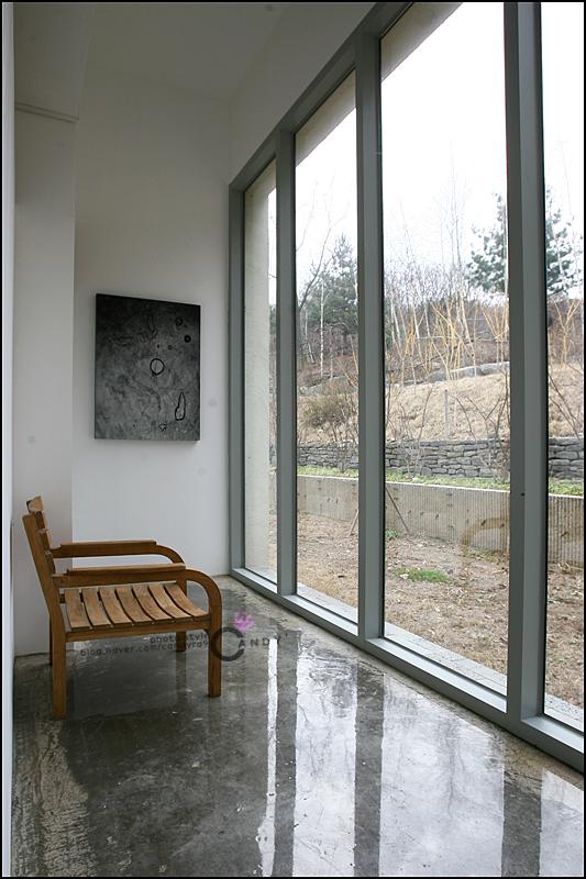 커다란 창문 쪽으로 설치 된 의자