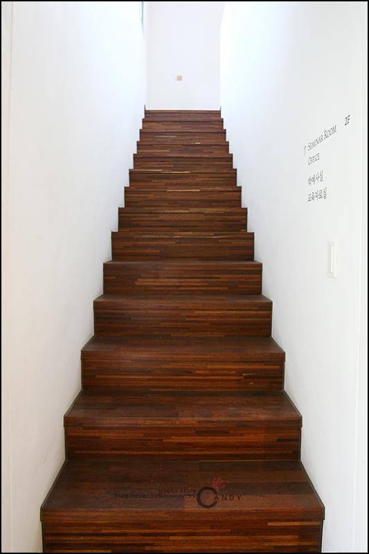 2층으로 올라가는 나무계단