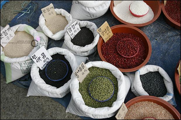 강남콩, 검정깨등 곡물들의 모습